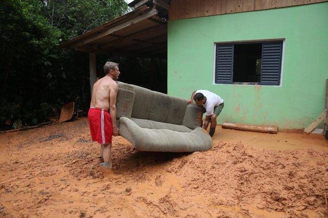 BLUEMANAU, SC, BRASIL - 17/01/2018Efeitos da chuva em Blumenau. Na foto, Jeferson Santana (dir.) e Ademar Horbach (esq.) retira seu sofá perdido durante a chuva. Sua casa fica no Morro do Artur, no bairro Progresso