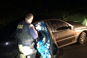 Cigarros contrabandeados estavam em carros apreendidos em Coronel Freitas, no Oeste de SC (Divulgação/PRF / Divulgação)