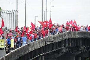 Marcha pró-Lula foi da ponte do Guaíba até o Anfiteatro Pôr do Sol nesta segunda-feira (Agência RBS/Ronaldo Bernardi / Agência RBS)