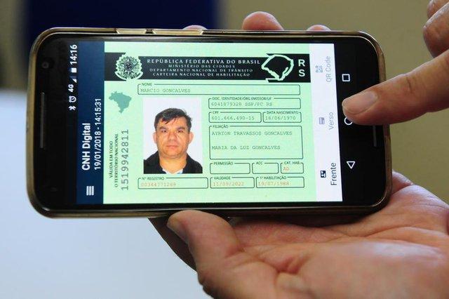 CAXIAS DO SUL, RS, BRASIL  (19/01/2018) Carteira Nacional da Habilitação Digital. CNH Digital. Reportagem verifica confecção de carteira CNH digital. Na foto, Marcio Gonçalves mudou para digital.  (Roni Rigon/Pioneiro).