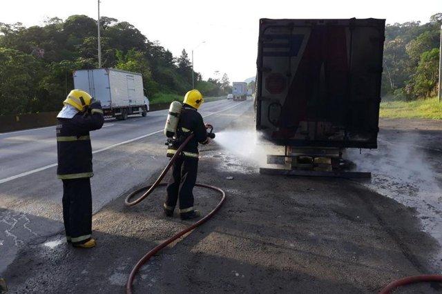 caminhão pega fogo na br101