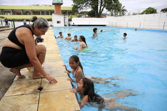 PORTO ALEGRE, RS, BRASIL, 25-01-2018: Daniela Albuquerque, 48 anos, com as filhas Paloma, 9 anos, e Poliana, 7, na piscina do Centro de Comunidade Parque Madepinho (Cecopam), no bairro Cavalhada. (Foto: Mateus Bruxel / Agência RBS)