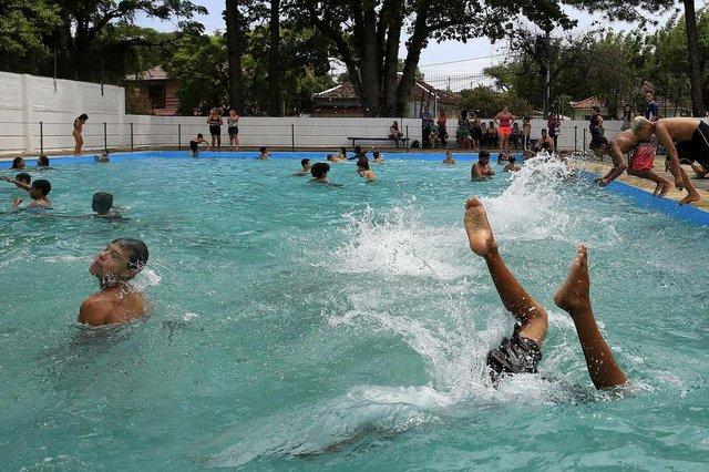 PORTO ALEGRE, RS, BRASIL, 25-01-2018: Abertura da piscina do Centro de Comunidade Parque Madepinho (Cecopam), no bairro Cavalhada. (Foto: Mateus Bruxel / Agência RBS)