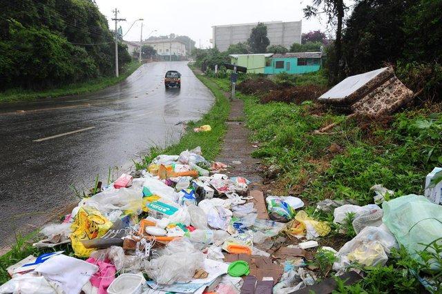 CAXIAS DO SUL, RS, BRASIL (25/01/2018) Lixo Urbano. Consumidores de loteamentos periféricos da cidade despejam lixo em qualquer lugar, degradando o meio ambiente. NA FOTO, LIXO NO LOTEAMENTO CIDADE NOVA. (Roni Rigon/Pioneiro).