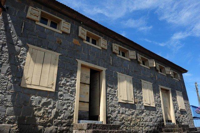 Farroupilha, RS, BRASIL (01/02/2018). Casa de Pedra de Farroupilha.  O historiador Vinícius Pigozzi relata as curiosidades que envolveu a emblemática Casa de Pedra, localizada no bairro santa Rita.  (Roni Rigon/Pioneiro)