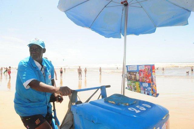 CAPÃO DA CANOA, RS, BRASIL (27/01/2018). Reportagem confere em  Capão da Canoa  histórias e como é a rotina de pessoas que trabalham na beira da praia enquanto a maioria das pessoas descansa.NA FOTO,  ADÃO ANTENOR DA ROSA, 76, VENDEDOR DE PICOLÉS. (Roni Rigon/Pioneiro).