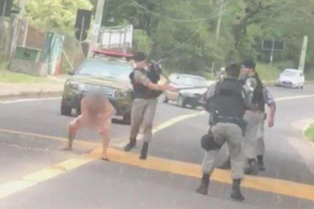 PORTO ALEGRE, RS, BRASIL - Reprodução que mostra abordagem policial a um homem que estava pelado.