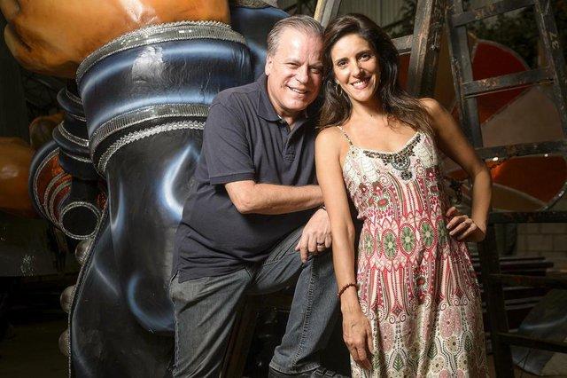 Chico Pinheiro e Monalisa Perrone visitam barracões das escolas de samba de São Paulo