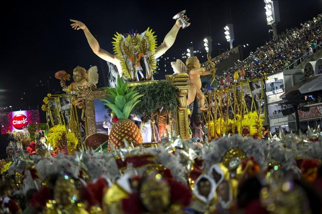 Revellers of the Sao Clemente perform on the first night of Rio's Carnival at the Sambadrome in Rio de Janeiro, Brazil, on February 11, 2018. / AFP PHOTO / Mauro PIMENTELEditoria: ACELocal: Rio de JaneiroIndexador: MAURO PIMENTELSecao: culture (general)Fonte: AFPFotógrafo: STF