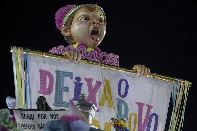 A reveller of the Mangueira samba school performs during the first night of Rios Carnival at the Sambadrome in Rio de Janeiro, Brazil, on February 12, 2018. / AFP PHOTO / Mauro PIMENTELEditoria: ACELocal: Rio de JaneiroIndexador: MAURO PIMENTELSecao: culture (general)Fonte: AFPFotógrafo: STF