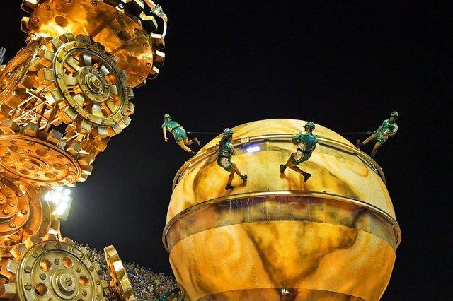 Revellers of the Vila Isabel samba school perform on the first night of Rios Carnival at the Sambadrome in Rio de Janeiro, Brazil, on February 11, 2018. / AFP PHOTO / Carl DE SOUZAEditoria: ACELocal: Rio de JaneiroIndexador: CARL DE SOUZASecao: culture (general)Fonte: AFPFotógrafo: STF