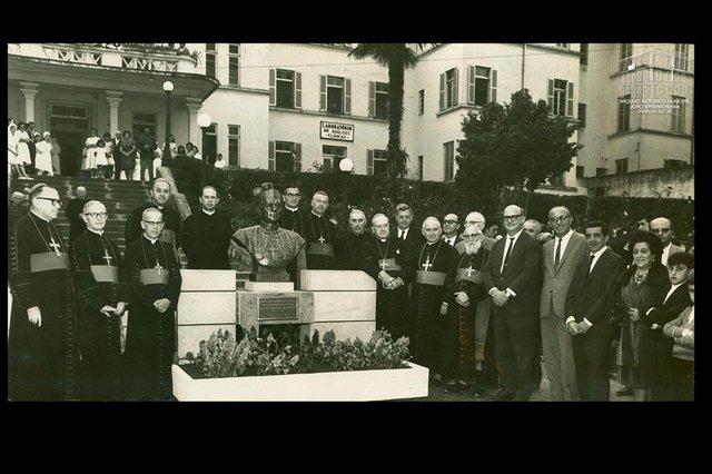 Inauguração do busto de Dom José Barea, em 23 de abril de 1966. A partir da esquerda estão, entre outros religiosos, Dom Vicente Scherer (bispo de Porto Alegre), padre Eugênio Giordani, Dom Sebastião Baggio, o médico José Brugger, Dom Benedito Zorzi (bispo de Caxias do Sul), o empresário Ottoni Mingheli, Dom Cândido Maria Bampi (bispo auxiliar de Caxias), o deputado estadual Mário Mondino (representando o governo do RS), o prefeito Hermes Weber e o autor do busto, escultor Ary Cavalcanti, acompanhado da esposa Wanda Pelizzari Cavalcanti e do jornalista Mário Gardelin (ao fundo, à direita)