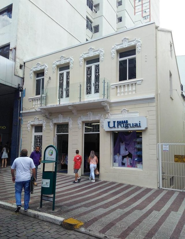 Antigo sobrado dos Armarinhos Caxias, atual sede das Lojas Uruguai, na Avenida Júlio de Castilhos.