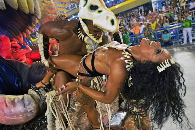 Revellers of the Imperatriz Leopoldinense samba school perform during the second night of Rios Carnival at the Sambadrome in Rio de Janeiro, Brazil, on February 13, 2018. / AFP PHOTO / Carl DE SOUZAEditoria: ACELocal: Rio de JaneiroIndexador: CARL DE SOUZASecao: culture (general)Fonte: AFPFotógrafo: STF