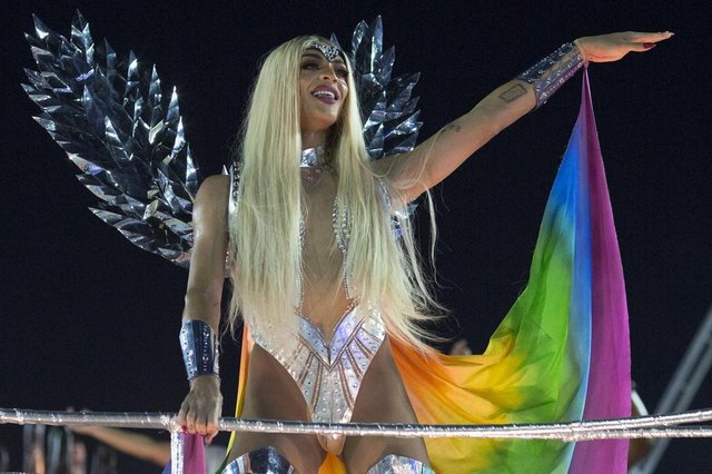 Brazilian drag queen and singer Pabllo Vittar parades with the Beija-Flor samba school during the second night of Rios Carnival at the Sambadrome in Rio de Janeiro, Brazil, on February 13, 2018. / AFP PHOTO / Mauro PIMENTELEditoria: ACELocal: Rio de JaneiroIndexador: MAURO PIMENTELSecao: culture (general)Fonte: AFPFotógrafo: STF