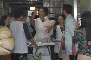 Ivete estava acompanha do marido, Daniel Cardy, e o filho mais velho, Marcelo (Divulgação/Agnews)