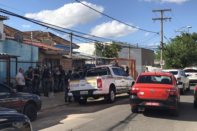 PORTO ALEGRE, RS, BRASIL - Um homem morreu e dois foram baleados em confronto com a Brigada Militar na Rua Paulino Azurenha, no bairro Partenon.(FOTOGRAFO: Lucas Abati / AGENCIA RBS)