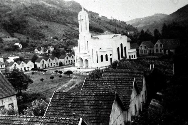 Vista da Igreja Matriz de Galópolis após sua conclusão, em 1947. Igreja Nossa Senhora do Rosário de Pompéia, em Galópolis.