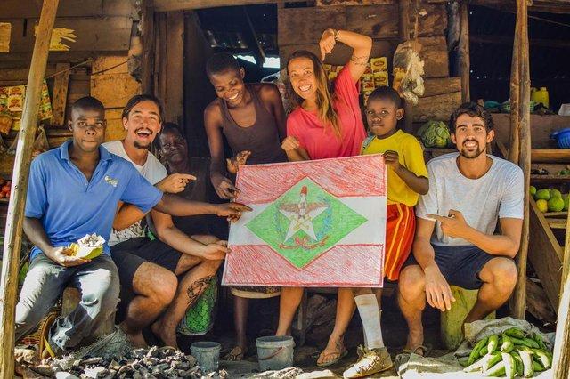 Catarinenses na àfricaFotos de Tucker Cocchiarella/especial pra Ângela Bastos/Diario CatarinenseYuri Kuzniecow, de Imbituba, pegando uma carona no Quênia. Pedro Casali (segurando a bandeira do Brasil)Maira Cristina (com a bandeira de SC)