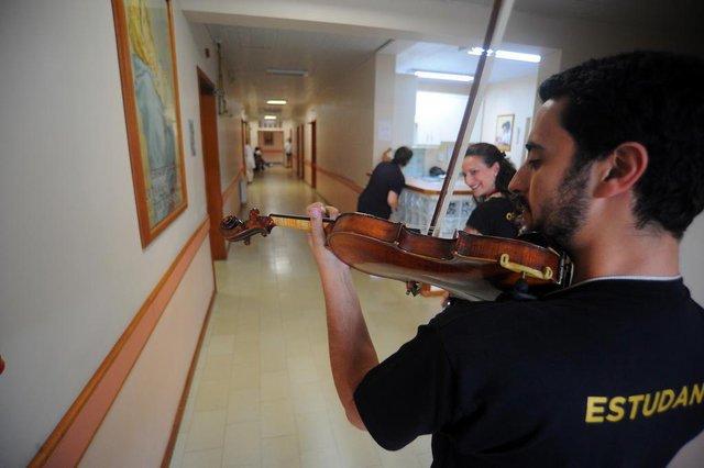 GRAMADO, RS, BRASIL 21/02/2018O músico João Antonio Borba toca violino para pacientes no Hospital Arcanjo São Miguel, como parte da programação do Gramado In Concert. (Felipe Nyland/Agência RBS)