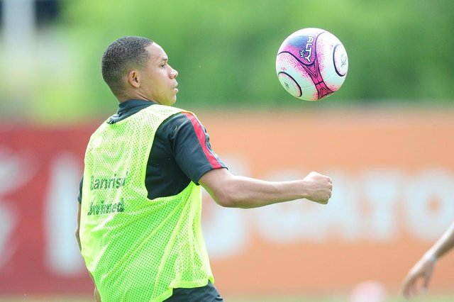 Treino do Inter no CT Parque Gigante. No lance, o atacante Wellington Silva