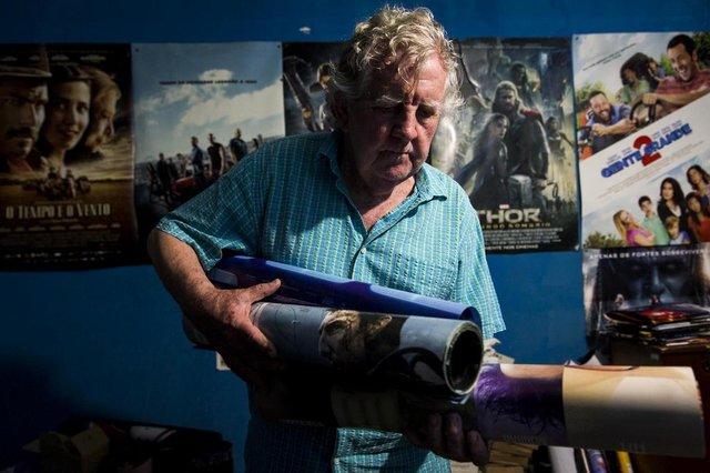 VIAMÃO, RS, BRASIL, 23-02-2018: O proprietário Arnaldo Henke, 80 anos, com cartazes de filmes no único cinema de Viamão, na Vila Santa Isabel. O local terá que fechar por dificuldades financeiras. (Foto: Mateus Bruxel / Agência RBS)