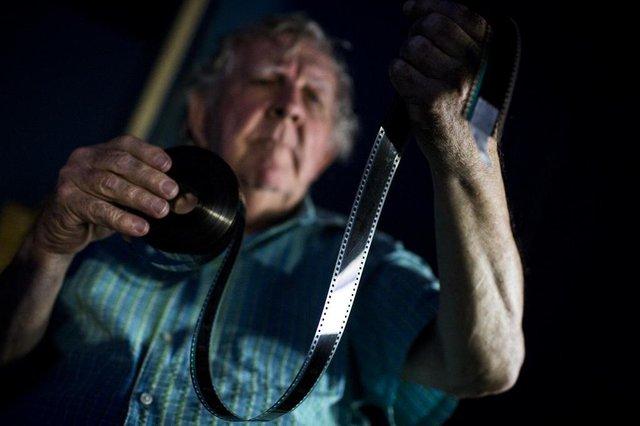 VIAMÃO, RS, BRASIL, 23-02-2018: O proprietário Arnaldo Henke, 80 anos, na sala de projeção do único cinema de Viamão, na Vila Santa Isabel. O local terá que fechar por dificuldades financeiras. (Foto: Mateus Bruxel / Agência RBS)