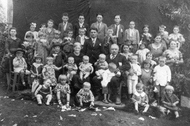 O casal Isidoro Bigolin e Anna Cantele (sentados ao centro) com os 41 netos, nos anos 1930.