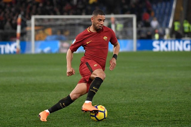 Romas Brazilian defender Bruno Peres controls the ball during the Italian Serie A football match Roma versus Milan at the Olympic Stadium in Rome. / AFP PHOTO / Andreas SOLARO