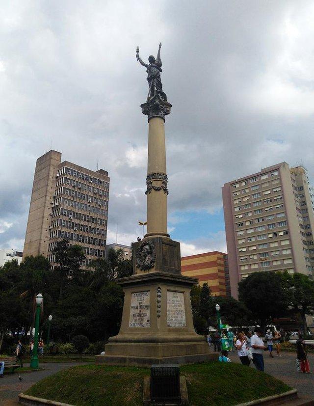 Detalhe do pedestal da Estátua da Liberdade, inaugurada em 1922 na Praça Dante Alighieri. Obra de Silvio Toigo (pedestal) e Michelangelo Zambelli (estátua)