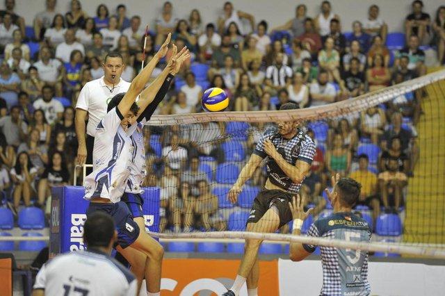 Blumenau - SC - Brasil - 03032018 - Dois jogos movimentaram o ginásio Galegão na noite de sábado, primeiro basquete feminino Blumenau x Catanduva, depois foi o volei masculino Apan Blumenau x Monte Cristo