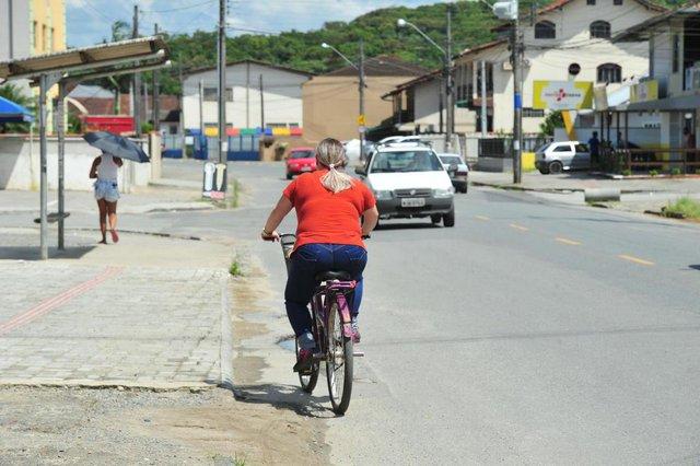 JOINVILLE,SC,BRASIL,05-03-2018.Implatação de ciclofaixa em Joinville.Rua Adolfo da Veiga,bairro Escolinha.(Foto:Salmo Duarte/A Notícia)