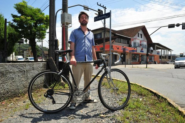 JOINVILLE,SC,BRASIL,05-03-2018.Implatação de ciclofaixa em Joinville.Rua Marquês de Olinda,Felipe Giessel,ciclista.(Foto:Salmo Duarte/A Notícia)