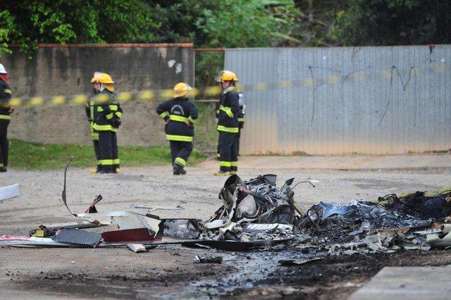 Três pessoas morrem após queda de helicóptero em JoinvilleAcidente aconteceu por volta das 15h45 na zona Sul. Uma quarta vítima foi resgatada com vida