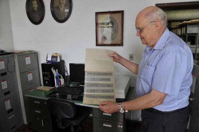 Blumenau - SC - Brasil - 08032018 - Werner Reimer voluntario na identificação de fotos do arquivo histórico de Blumenau