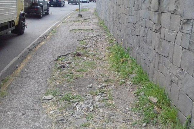 Calçada com defeito na Avenida São Leopoldo, quase na rótula com a Perimetral Sul.