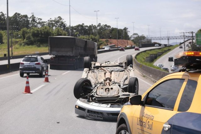 Um capotamento no km 197 da BR-101, no município de Biguaçu, causa interdição parcial da BR-101 no sentido Norte no início da tarde deste sábado.