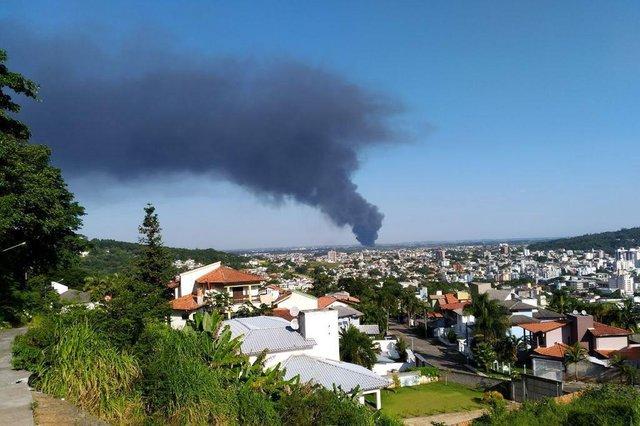 Incêndio de grandes proporções atinge fábrica de plásticos descartáveis em Içara