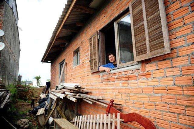 SÃO FRANCISCO DE PAULA, RS, BRASIL, 12/03/2018. Um ano depois do tornado que destruiu parte de São Francisco de Paula, visitamos a cidade para conferir a situação de moradores que sofreram com a tragédia. Maria da Glória Pocomaier, 51 - mãe do adolescente Willian Faistauer, 14, que foi atingido por destroços e teve que ir ao hospital na época. (Diogo Sallaberry/Agência RBS)