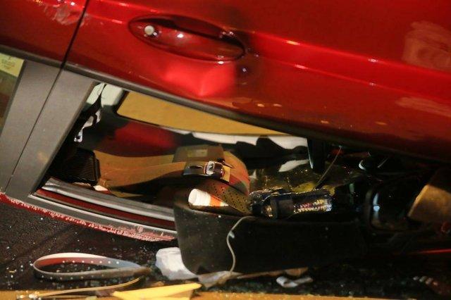 PORTO ALEGRE, RS, BRASIL, 13/03/2018. Um acidente de trânsito acabou com um carro capotado e ao menos uma pessoa ferida, na noite desta terça-feira (13), em Porto Alegre. O caso foi registrado na Rua General Caldwell, próximo ao cruzamento com a Avenida Erico Veríssimo. A motorista do carro estava com alguns ferimentos nas pernas. Ela estaria sozinha no carro no momento do fato. Uma moradora informou que viu o carro, um Ford Fiesta com placas de Porto Alegre, trafegando em baixa velocidade e em zigue-zague antes de colidir com uma árvore e capotar. (Foto: ANDRÉ ÁVILA/ Agência RBS)