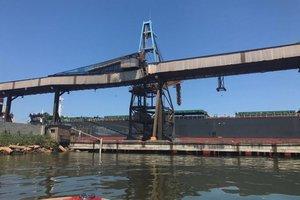 Parte de estrutura cedeu e interrompeu no domingo (11) o embarque de grãos no terminal graneleiro (Divulgação/Divulgação)