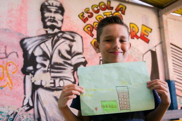 PORTO ALEGRE, RS, BRASIL, 16-03-2018. Wagner Tedesco. Alunos da turma 43 da EEEF Porto Alegre, no Morro Santana, fazem homenagem à cidade pelo aniversário de 246 anos da Capital. (FOTO ANDRÉA GRAIZ/AGÊNCIA RBS).Indexador: Andrea Graiz