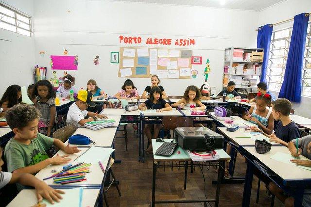 PORTO ALEGRE, RS, BRASIL, 16-03-2018. Alunos da turma 43 da EEEF Porto Alegre, no Morro Santana, fazem homenagem à cidade pelo aniversário de 246 anos da Capital. (FOTO ANDRÉA GRAIZ/AGÊNCIA RBS).Indexador: Andrea Graiz