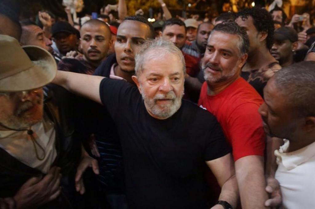 Palanque de Lula é atingido por ovos em Santa Catarina