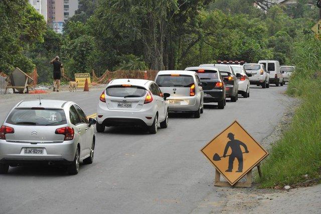 Blumenau - SC - Brasil - 22032018 - Obras viárias vão complicar ainda mais o trânsito de Blumenau. Rua República Argentina.