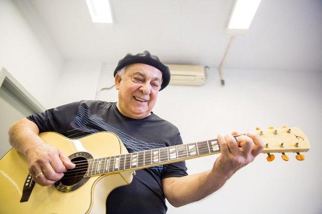 PORTO ALEGRE, RS, BRASIL, 26/03/2018 : Encontro do cantor tradicionalista Luiz Carlos Borges com seu violão roubado em 1994. (Omar Freitas/Agência RBS)Indexador: Omar Freitas