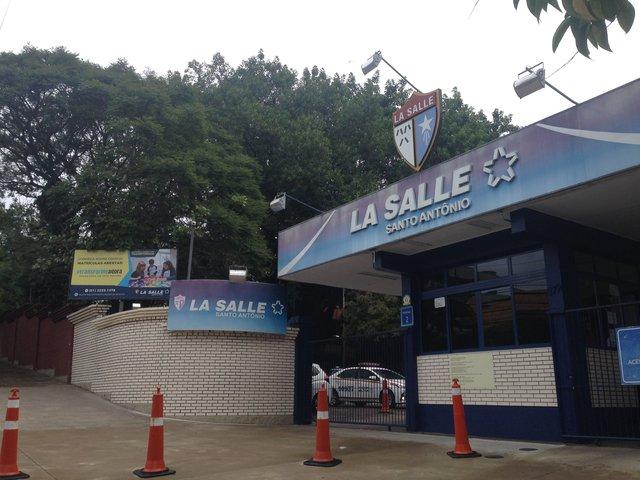 Criminosos arrombaram veículos que estavam estacionados no pátio da escola La Salle Santo Antônio, na tarde desta terça-feira (27), na Capital.
