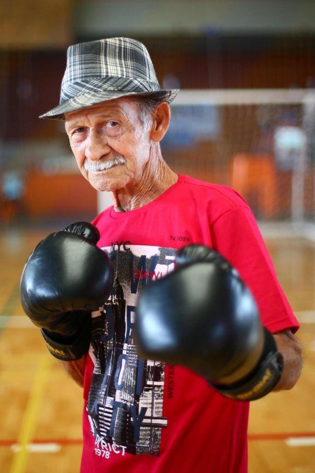 ESTEIO - RIO GRANDE DO SUL - BRASIL - Aulas de boxe para a 3ª idade - idosos de Esteio estão tendo aulas gratuitas da modalidade. Na foto, Manoel Barbosa da Rocha (FOTO: LAURO ALVES)