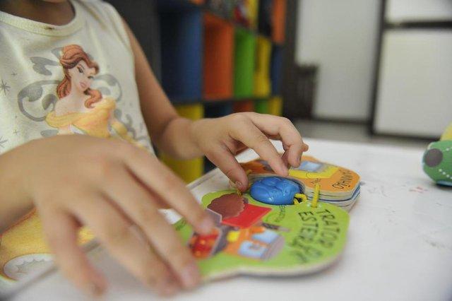 Mão e pé de criança programa Família Acolhedora, de Blumenau