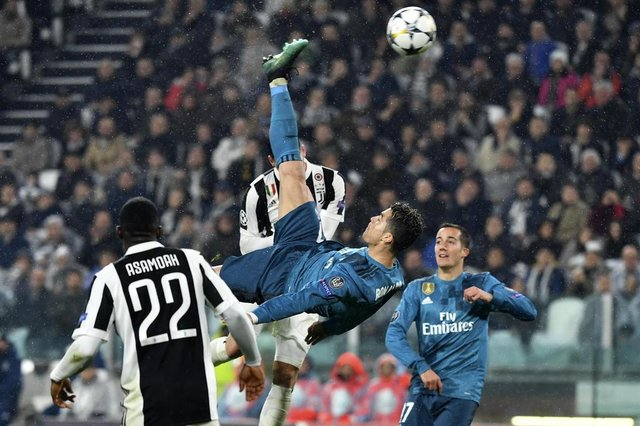 Real Madrids Portuguese forward Cristiano Ronaldo (C) scores during the UEFA Champions League quarter-final first leg football match between Juventus and Real Madrid at the Allianz Stadium in Turin on April 3, 2018. / AFP PHOTO / Alberto PIZZOLI